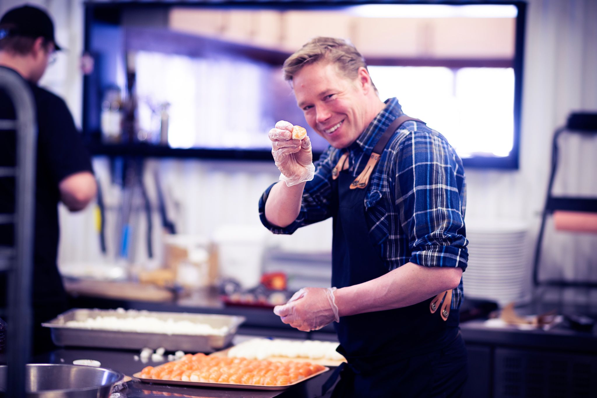 Martin Bergman tillagar sushi