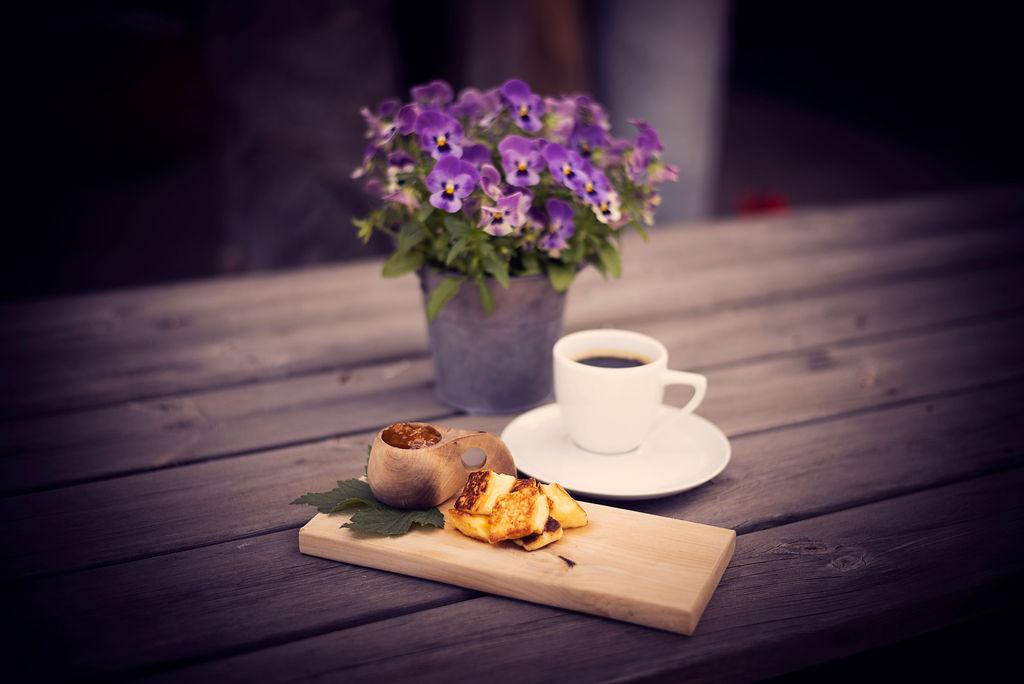 Kaffeost på träbricka